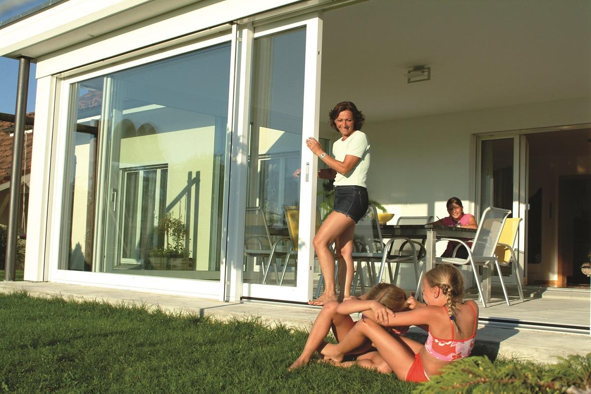 Spielende Kinder auf einer Terrasse